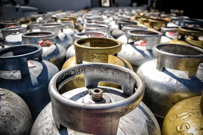'Olha o gás': item indispensável está cada vez mais distante dos lares em favelas e periferias